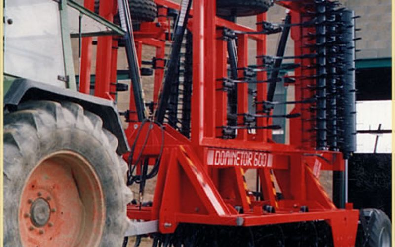 Dominator semi-inclined towed harrows, foldable in three pieces